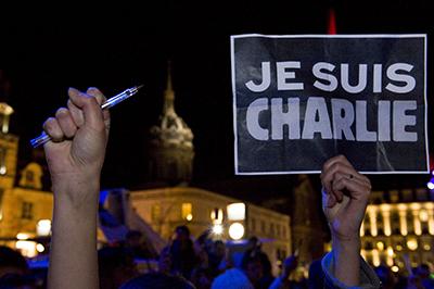 """Une veillée en France pour les victimes de l'attentat contre Charlie Hebdo. Dans plusieurs villes de par le monde, des manifestants ont brandi des crayons et des pancartes sur lesquelles était écrit """"Je suis Charlie"""" en l'honneur des personnes tuées au cours de l'attaque à main armée (AFP/Thierry Zoccolan)"""