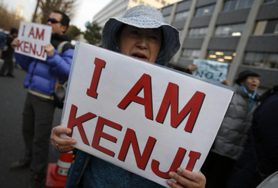 Supporters of Kenji Goto gather outside the Japanese prime minister's Tokyo residence at a rally for the journalist, who is being held hostage by the Islamic State. (Reuters/Yuya Shino)