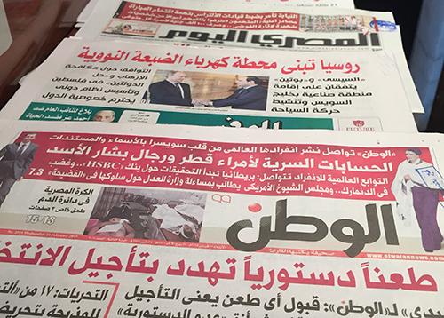 الصحف المصرية، وتظهر لها صورة هنا التُقطت في 11 فبراير/شباط، تغطي الانتخابات المقبلة. أما المجال المتاح للتغطية الصحفية المستقلة في البلد، فقد أخذ يضيق بصفة مطردة. (موظفو لجنة حماية الصحفيين)