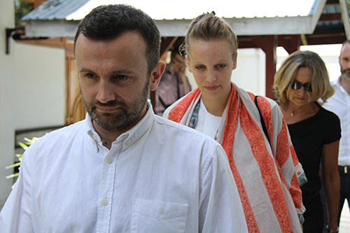 Thomas Dandois, left, and Valentine Bourrat, center, arrive at a court in Indonesia's eastern Papua province in October 2014. The French journalists were expelled for breaching visa regulations. (AFP/STR)