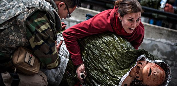 صحفيون يتلقون تدريباً على الإسعاف الطبي في ساحات المعارك وذلك من منظمة 'مراسلون مدربون على إنقاذ زملائهم (RISC)' في مدينة نيويورك. مايك شوم، يسار الصورة، وهولي بيكيت يستعدان لنقل دمية تدريبية تمثل شخصاً جريحاً، وذلك في إطار تدريب على تقديم الرعاية الطبية أثناء القتال. (أسوشيتد برس/ مراسلون مدربون على إنقاذ زملائهم، جيمس لاولير دوغان)