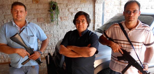 Cándido Figueredo, veterano periodista que trabaja en la frontera para el principal diario paraguayo, se desplaza junto con guardaespaldas armados en las raras ocasiones en que abandona la seguridad de su casa. (John Otis)