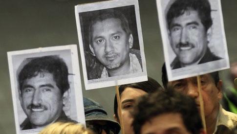 Periodistas mexicanos sostienen fotos de colegas asesinados durante una protesta el 23 de febrero de 2014 en Ciudad de México contra el secuestro y asesinato del periodista veracruzano Gregorio Jiménez de la Cruz. (Reuters/Henry Romero)