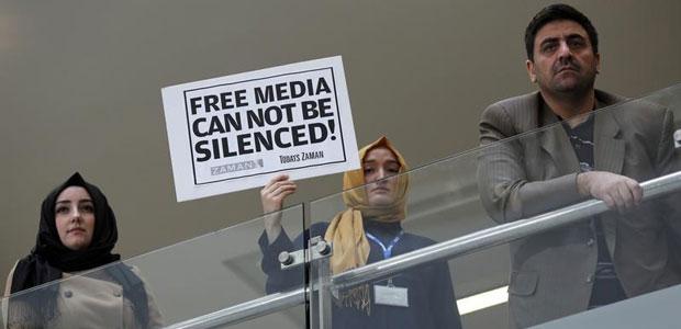 14 Aralık 2014 günü, bir gazeteci Zaman gazetesinin İstanbul'daki merkez binasında bir pankart tutuyor. Türk polisi Zaman'ın da aralarında bulunduğu, ABD'de yaşayan Müslüman vaiz Fethullah Gülen'e yakın olan medya organlarına baskın düzenlemiş ve 23 kişiyi tutuklamıştı.   (Reuters/Murad Sezer)