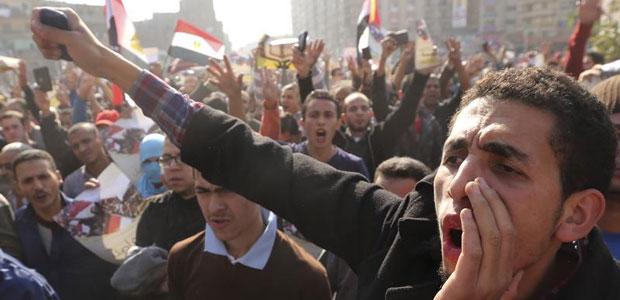 مؤيدون لجماعة الإخوان المسلمين وللرئيس المصري المعزول محمد مرسي يطلقون شعارات ضد الجيش والحكومة أثناء تظاهرة في القاهرة في 28 نوفمبر/تشرين الثاني 2014. (رويترز/ محمد عبد الغني)