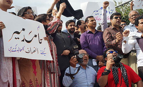 Pakistani journalists protest the attack on Hamid Mir and call on the government to bring the perpetrators to justice. (AP/B.K. Bangash)