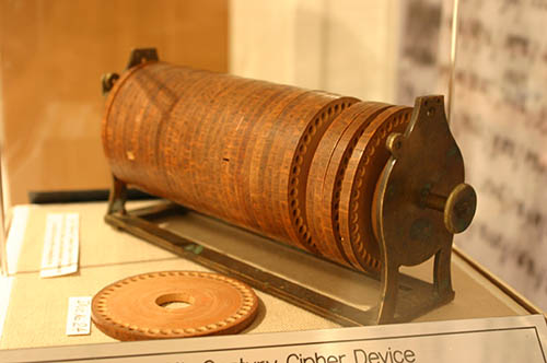 A wheel cipher invented by Thomas Jefferson and used to securely encode messages in the late 1700s. CPJ is calling on President Obama to ensure modern versions of encryption remain protected. (Jefferson Cipher Wheel by ideonexus is licensed under CC BY 3.0 US)