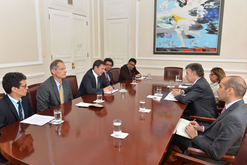 CPJ's Senior Americas Program Coordinator Carlos Lauría, center left, speaks to Colombian President Juan Manuel Santos, center right. (Courtesy Colombian presidency)