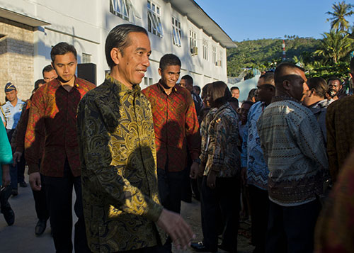 President Joko Widodo, center, on a state visit to Abepura prison in Papua in May. The Indonesian leader has promised reporters access to the restive region. (AFP/Romeo Gacad)