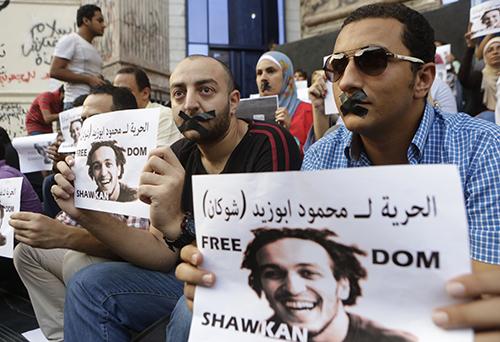 صحفيون يحتجون على احتجاز المصور الصحفي المصري محمود أبو زيد، المعروف أيضاً بلقب شوكان. (أسوشيتد برس/ عمرو نبيل)