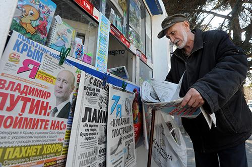 Продажа газет в киоске Севастополя в марте 2014 года. Независимая журналистика в Крыму оказалась под угрозой после аннексии региона Россией. (AFP/Виктор Драчев)