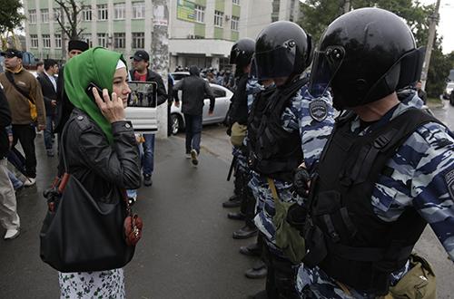 Российский ОМОН блокирует дорогу в Симферополе перед сбором крымских татар на митинг протеста. Главная телерадиокомпания национального меньшинства региона была вынуждена прекратить вещание после аннексии региона. (AP/Макс Ветров)