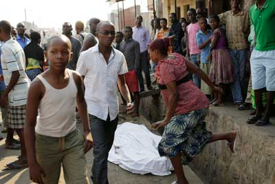 The body of a man killed overnight lies on a street as polls open for the presidential elections in Bujumbura, Burundi, Tuesday, July 21, 2015. (AP/Jerome Delay)