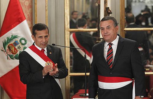 El Presidente peruano Ollanta Humala, a la izquierda, durante la ceremonia de jura del ministro del Interior, Daniel Urresti, quien después fue acusado del asesinato de Bustíos. (Reuters/Enrique Castro-Mendivil)