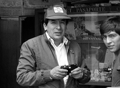 Esta foto de Hugo Bustíos fue tomada minutos antes de ser asesinado . (Caretas)