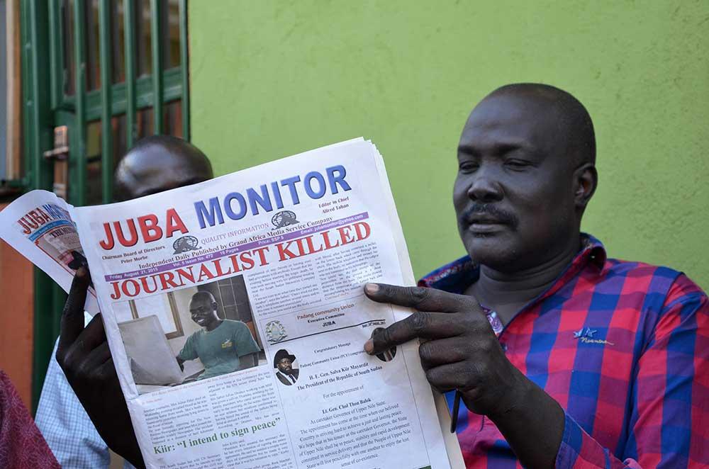 El periódico de Sudán del Sur Juba Monitor informa sobre la muerte de Peter Julius Moi, quien fue asesinado a balazos en agosto. Una serie de asesinatos de periodistas han colocado en el índice de impunidad a esta nación, que hace poco obtuvo la independencia. (AFP/Samir Bol)