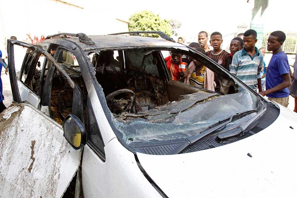حطام سيارة يوسف أحمد ابو بكر، الذى قتل فى تفجير خلال يونيو 2014. تم قتل 30 صحفيا على الأقل بدون اية عواقب فى الصومال منذ عام 2008. ( أ.ب/ فرح عبدي ورسامح)