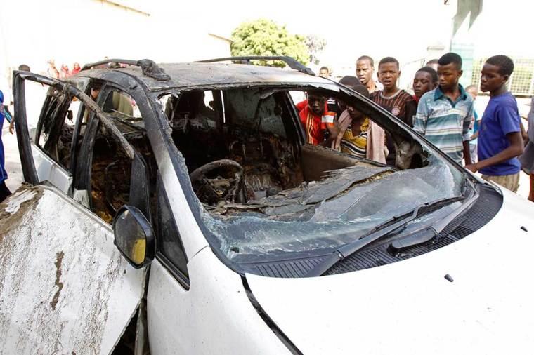 L'épave de la voiture qui appartenait à Yusuf Ahmed Abukar, tué lors de l'explosion d'une bombe en juin 2014. Au moins 30 journalistes ont été assassinés en toute impunité en Somalie depuis 2008. (AP/Farah Abdi Warsameh)
