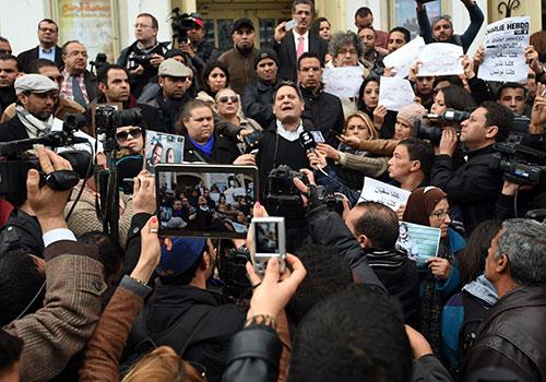 Neji Bhouri, président du Syndicat des journalistes tunisiens, s'adresse aux membres en janvier après la revendication par l'État Islamique de l'assassinat des deux journalistes portés disparus en Lybie. (AFP/Fethi Belaid)