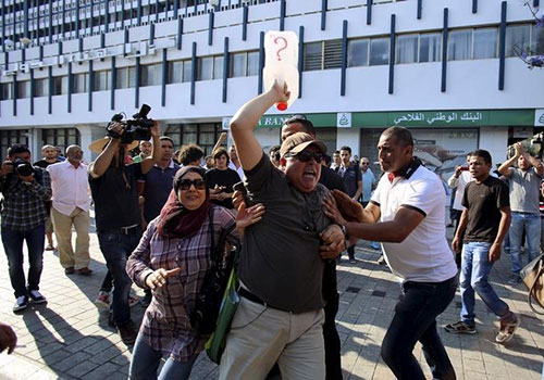 Un manifestant crie lors d'un ralliement appelant à une plus grande transparence sur le pétrole de la Tunisie. Plusieurs journalistes déclarent avoir été agressés par la police au cours des manifestations. (Reuters/Zoubeir Souissi)