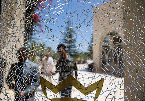 La fenêtre d'un hôtel brisée par une balle. Depuis l'attentat terroriste en juin à Sousse, le gouvernement tunisien a déposé un projet de loi qui pourrait être utilisé abusivement pour restreindre la presse. (AFP/Kenzo Tribouillard)
