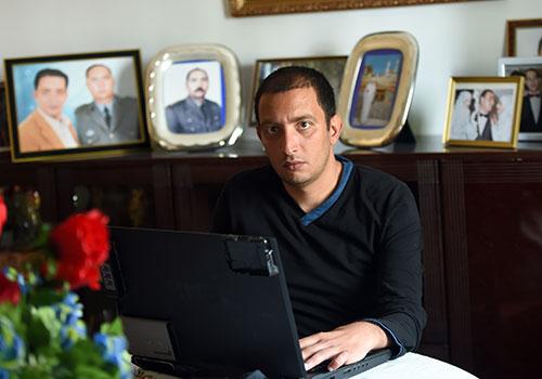 المدون التونسي ياسين العياري، صورة التُقطت في منزله في تونس في إبريل/نيسان، وقد احتجزته السلطات لتوجيهه انتقادات لوزير الدفاع. (وكالة الأنباء الفرنسية/فتحي بلعيد)