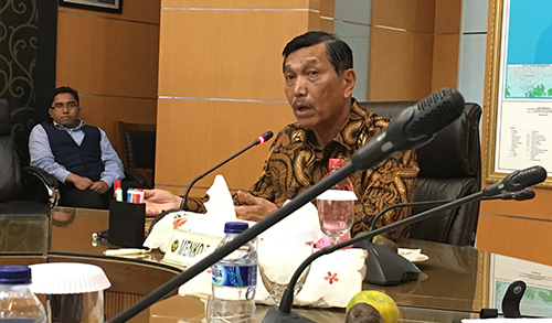 Luhut Binsar Panjaitan, President Widodo's right-hand man, discusses conditions for journalists with the press freedom delegation in Jakarta. (Sumit Galhotra/CPJ)