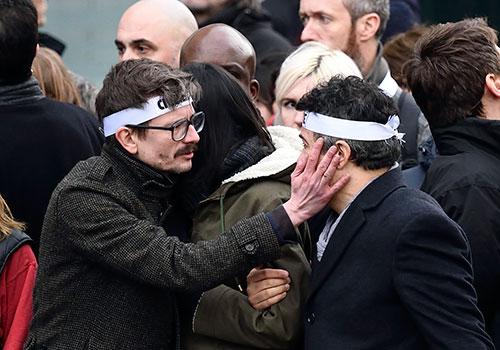 رساما الكاريكاتير رينالد لوزير، يسار الصورة، وباترك بيلو يشاركان في مسيرة تضامنية في باريس مع زملائهما الذين قتلوا خلال الاعتداء على المجلة الساخرة 'شارلي إبدو'. وفي عام 2015، قتل 28 صحفياً على يد مقاتلين من جماعات إسلامية متطرفة. (وكالة الأنباء الفرنسية/ إيريك فيفيربرغ)