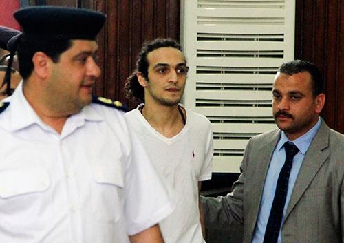 El fotoperiodista egipcio conocido como Shawkan comparece ante un tribunal de El Cairo en mayo de 2015, su primera comparecencia luego de permanecer encarcelado más de 600 días. Una cifra récord de periodistas se encontraban encarcelados en Egipto en 2015. (AP/Lobna Tarek)