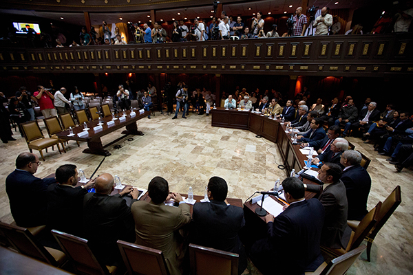 Periodistas se reúnen en la galería de la Asamblea Nacional, después que se revertiera una prohibición de cinco años. (AP/Fernando Llano)