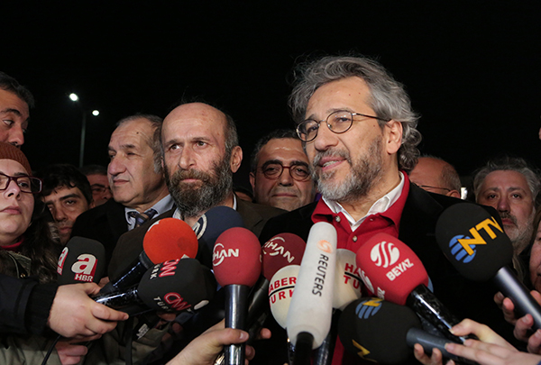 Can Dündar (right) and Erdem Gül (front left), the editor and Ankara bureau chief, respectively, of Turkey's Cumhuriyet newspaper, speak to reporters outside Istanbul's Silivri prison following their release from pre-trial detention early February 26, 2016 (AP/Can Erok).