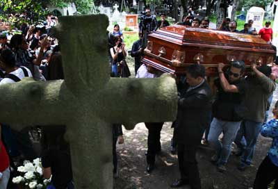 Men carry the casket of murdered photojournalist Ruben Espinosa in Mexico City on August 3, 2015. (AP/Marco Ugarte)