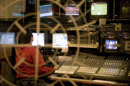 La sala de control de la cadena televisiva Globovisión. Desde las elecciones legislativas de diciembre, el medio de comunicación ha adoptado una posición más crítica en su cobertura. (AFP/Miguel Gutierrez)