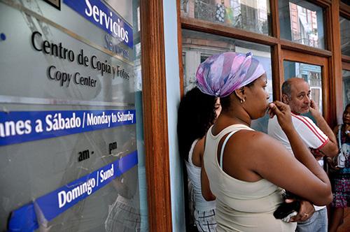 Ciudadanos cubanos esperan para utilizar un café internet en La Habana. Los blogueros están instando a mayor acceso a la web, que en la actualidad es cara y limitada. (AFP/STR)