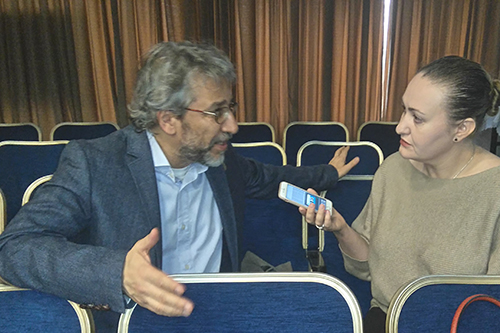 Embattled Turkish newspaper editor Can Dündar speaks with the Committee to Protect Journalist's Europe and Central Asia Program Coordinator Nina Ognianova in Istanbul, March 24, 2016, a day before Dündar was scheduled to stand trial for his newspaper's reporting (Photo: Özgür Öğret).