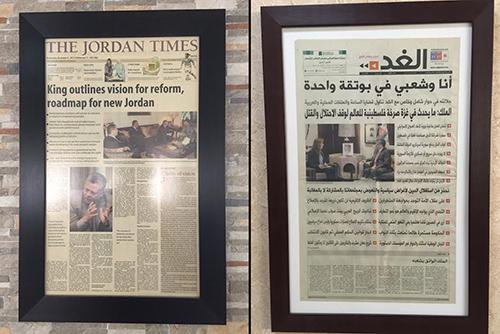 صور صفحات غلاف لصحف تُظهر الوعد الذي قدمه الملك عبدالله الثاني بتحقيق الإصلاح، وهي معلّقة على الجدران في مقرات صحف إردنية، صحيفة 'جوردان تايمز' (يسار الصورة) وصحيفة 'الغد' (يمين الصورة). تقول جمانا غنيمات من صحيفة 'الغد' إن دعم الملك كان مهماً للصحيفة. (لجنة حماية الصحفيين/جيسون ستيرن)