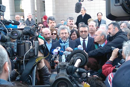 Can Dündar (right) and Erdem Gül speak to reporters before their trial resumes in Istanbul, April 1, 2016. (Özgür Öğret)