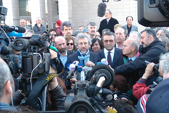 Can Dündar (right) and Erdem Gül speak to reporters before their trial resumes in Istanbul, April 1, 2016. (Özgür Öğret)