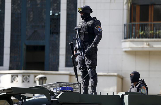 A police officer stands guard at protests in central Cairo, April 15, 2016 (Reuters/Amr Abdallah)