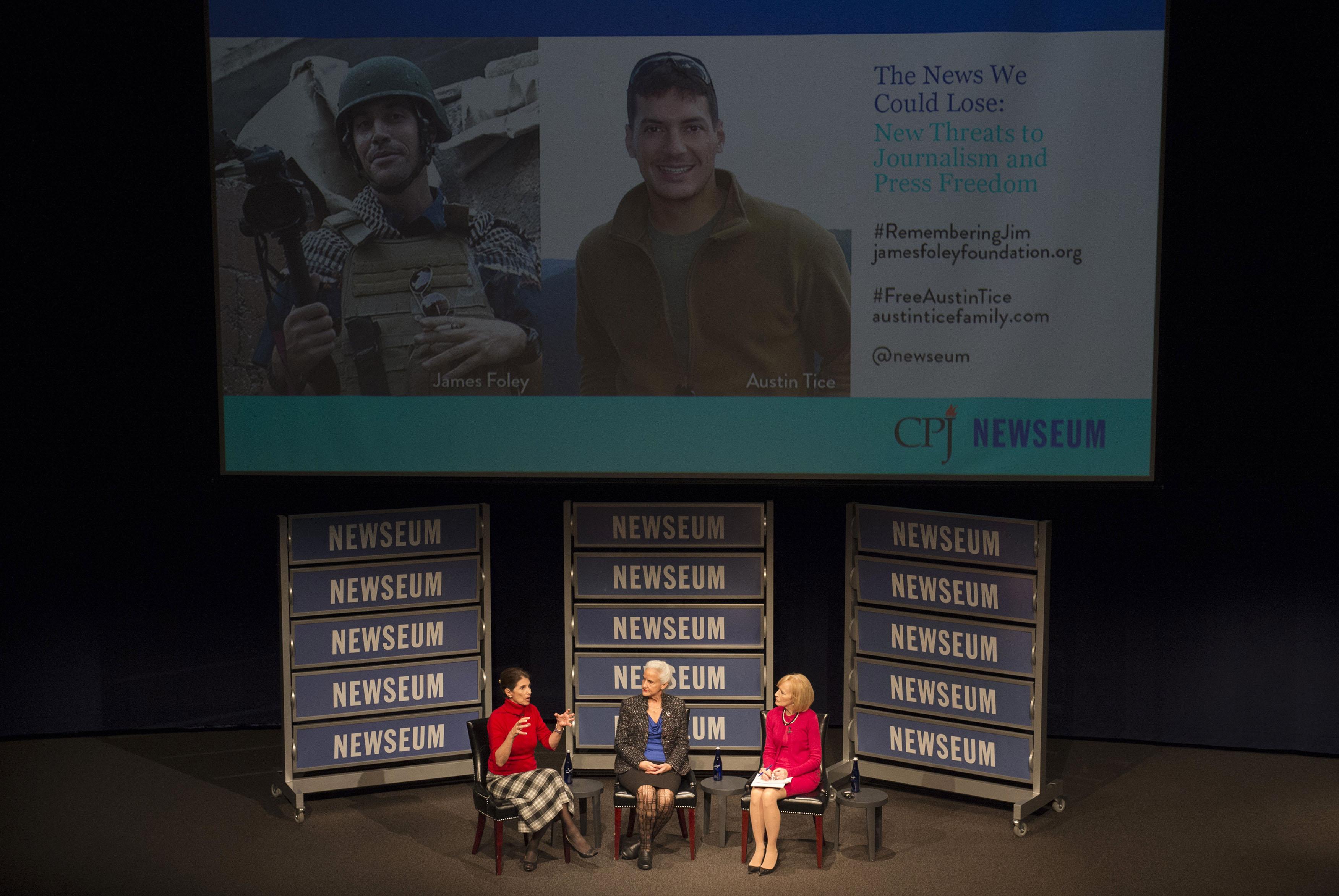 À esquerda, Diane Foley, mãe do fotojornalista James Foley, assassinado por militantes do Estado Islâmico em 2014, e Debra Tice, mãe do jornalista freelancer Austin Tice, desaparecido desde que foi capturado na Síria em 2012, participam de um fórum no Newseum, realizado no dia 4 de fevereiro de 2015 em Washington. (AP/Molly Riley)