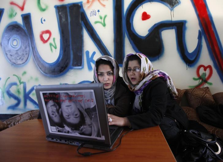Kabil'deki bir İnternet kafede kadınlar. İnternet troll'lüğü aktivistler ve gazeteciler, özellikle de kadınlar için büyük bir soruna dönüştü.  (Reuters/Mohammad Ismail)