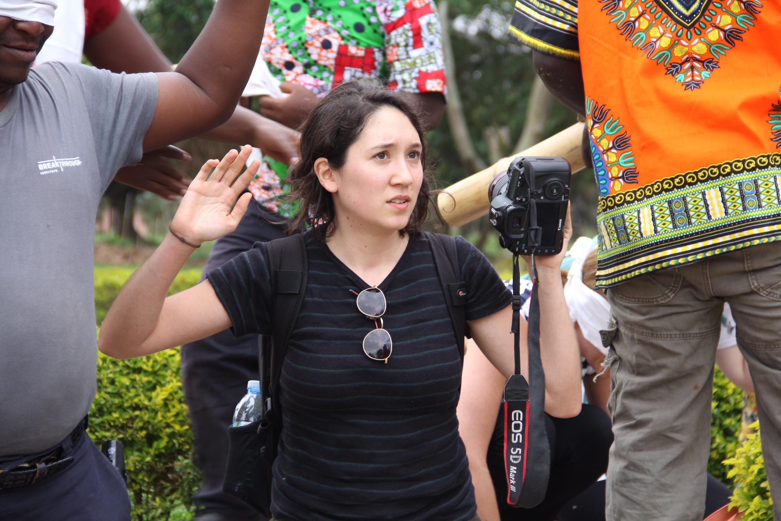 Cassandra Giraldo, reporter membre de la Fondation internationale des femmes dans les médias, participe à une fausse prise d'otage lors d'une formation à la sécurité en Ouganda. (Katie Moore)