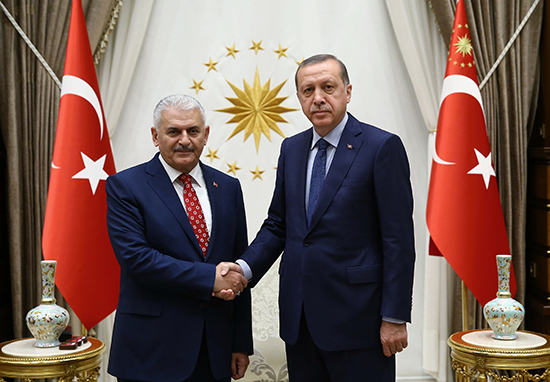 Turkish President Recep Tayyip Erdogan and Binali Yildirim, the new head of the ruling Justice and Development Party, pose for cameras at the presidential palace in Ankara, May 22, 2016. (Presidential Pool/AP)