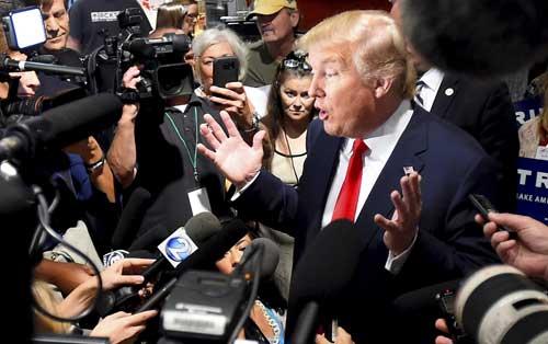 El candidato presidencial republicano Donald Trump dialoga con periodistas en Nashville, Tennessee, en agosto de 2015. (Reuters/Harrison McClary)