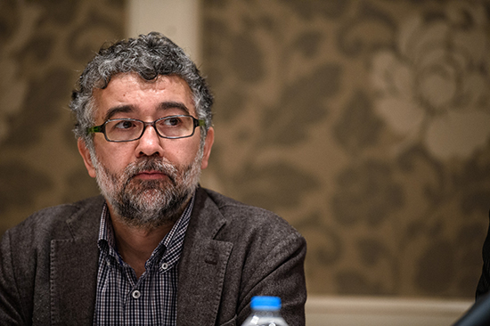 RSF Turkey representative Erol Önderoğlu, shown here at a May 2, 2016, press event in Istanbul, was released from pretrial detention today, following his June 20 arrest for participating in a campaign to show solidarity with embattled, pro-Kurdish newspaper Özgür Gündem. (Ozan Kose/AFP)