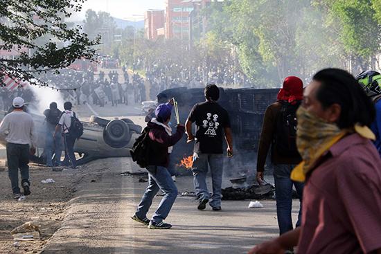 Los manifestantes chocan con la policía cerca de Nochixtlán, Oaxaca, México 19 de junio de 2016. (Luis Alberto Cruz Hernandez/AP)