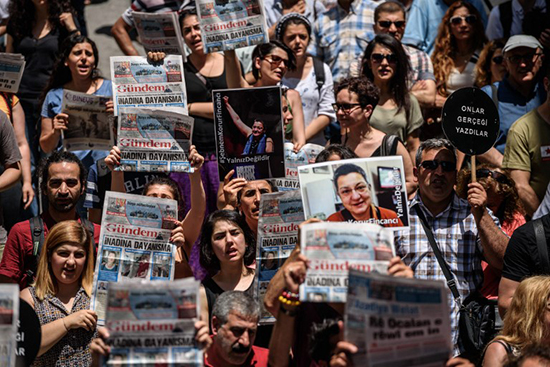 Demonstrators protest the June 19 arrest of three people, including the press freedom group Reporters Without Borders' Turkey representative, in central Istanbul, in charges stemming from their participation in a show of solidarity with beleaguered pro-Kurdish newspaper Özgür Gündem, June 21, 2016. Police raided the newspaper's Istanbul office on August 16 and detained dozens of journalists. (Ozan Kose/AFP)