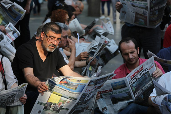 Turkish journalists protest the arrest of their colleagues in Istanbul, June 30, 2016. (Adem Altan/AFP)