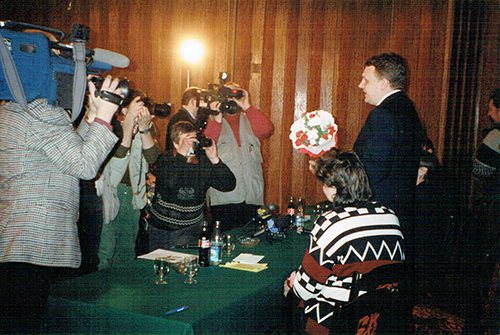 News crews gather during the press conference in Minsk to see CPJ hand Pavel Sheremet, right, his award. (Ann Cooper)