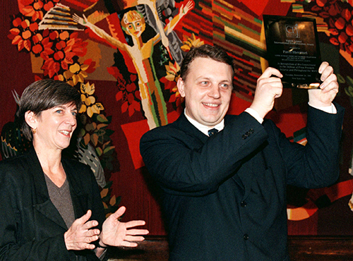 Pavel Sheremet, pictured with CPJ's then executive director Ann Cooper, holds up his International Press Freedom Award in 1998. (Reuters)